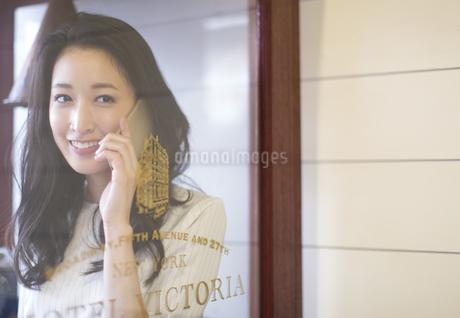 スマートフォンで通話する女性の写真素材 [FYI02967610]