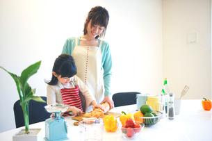 料理をする母親と娘の写真素材 [FYI02967613]