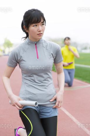 リレーのスタートの準備運動をする女子学生の写真素材 [FYI02967614]