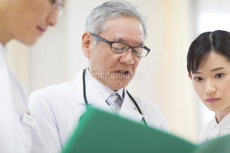 打合せをする男性医師と女性看護師の写真素材 [FYI02967617]
