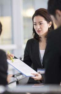 打合せで説明するビジネス女性の写真素材 [FYI02967621]