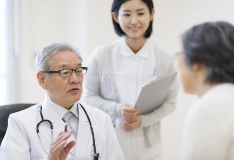 患者に問診をする男性医師の写真素材 [FYI02967627]