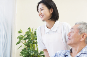 窓から外を見る女性看護師と患者の写真素材 [FYI02967634]