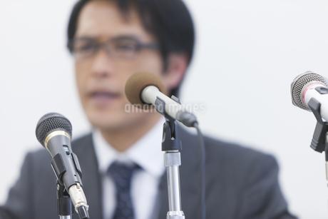 会見をするビジネス男性の写真素材 [FYI02967638]