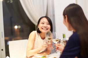 レストランで乾杯する女性二人の写真素材 [FYI02967644]