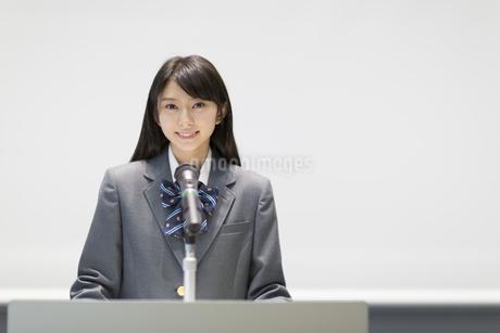 演台で話す女子高校生の写真素材 [FYI02967646]