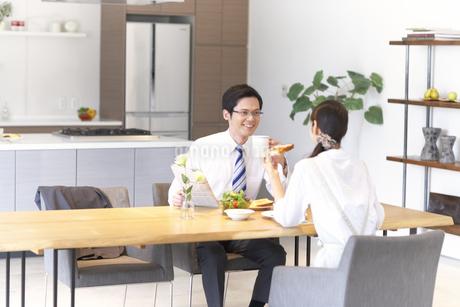 出勤前の朝食で会話する夫婦の写真素材 [FYI02967649]