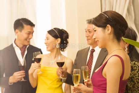 パーティーで歓談する男女の写真素材 [FYI02967651]