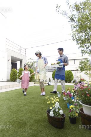 ガーデニングをするために歩く家族の写真素材 [FYI02967652]