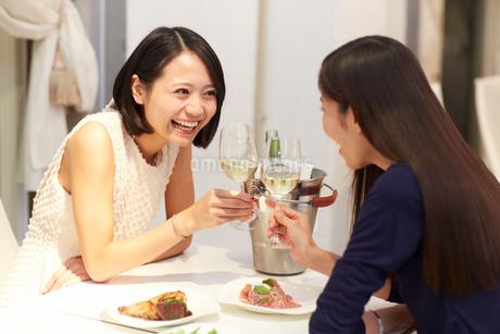レストランで乾杯する女性二人の写真素材 [FYI02967655]