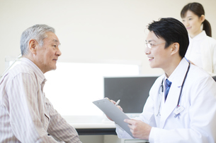 患者に問診をする男性医師の写真素材 [FYI02967671]