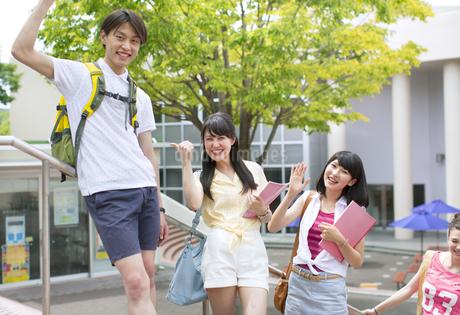 キャンパスで並んで笑う学生たちのポートレートの写真素材 [FYI02967680]