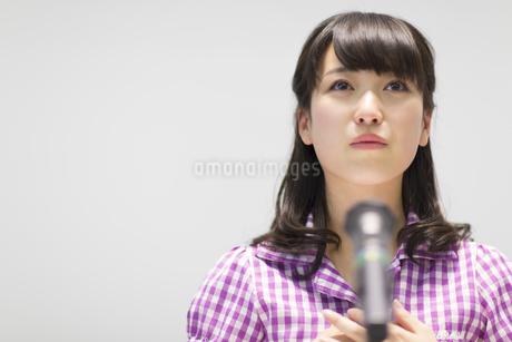 演台で話す女子学生の写真素材 [FYI02967682]