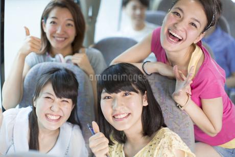 バスの中で笑う4人の車中のスナップの写真素材 [FYI02967684]