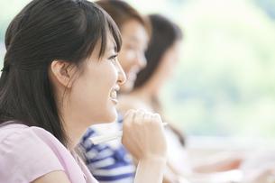 ペンを持って微笑む女子学生の写真素材 [FYI02967690]
