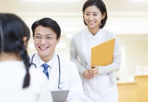 女の子に問診をする男性医師の写真素材 [FYI02967691]