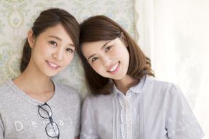 寄り添う2人の女性の写真素材 [FYI02967692]