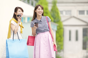 ショッピングを楽しむ2人の女性の写真素材 [FYI02967702]