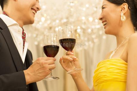 ワインで乾杯する男女の写真素材 [FYI02967704]