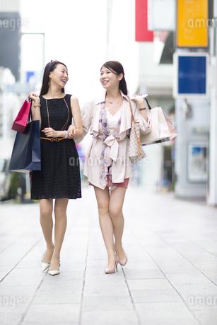 街で買物を楽しむ2人の女性の写真素材 [FYI02967706]
