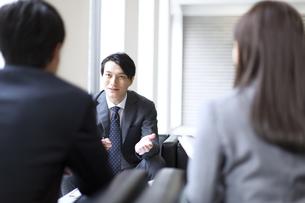 打ち合わせをするビジネス男性の写真素材 [FYI02967713]