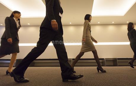廊下を歩くビジネス男女の写真素材 [FYI02967719]