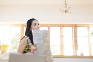 旅行の準備をする笑顔の女性の写真素材 [FYI02967726]