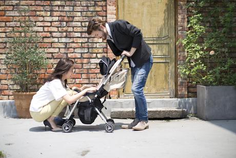 ベビーカーで散歩する親子の写真素材 [FYI02967727]