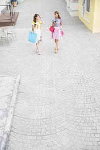 ショッピングを楽しむ2人の女性の写真素材 [FYI02967728]