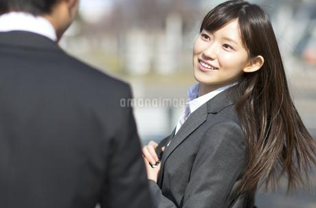 男性に向かって振り向くビジネス女性の写真素材 [FYI02967734]