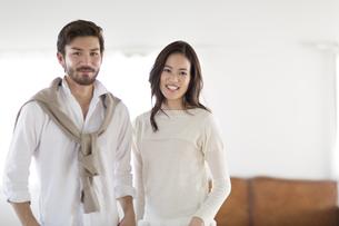 微笑む男性と女性のポートレートの写真素材 [FYI02967735]
