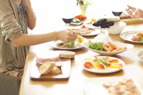 ワインのある食事を楽しむ女性の手の写真素材 [FYI02967737]