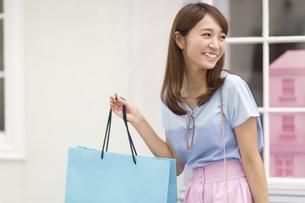 ウィンドウショッピングを楽しむ女性の写真素材 [FYI02967738]