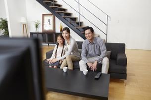 テレビを見る家族の写真素材 [FYI02967741]
