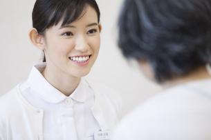 患者と話をする女性看護師の写真素材 [FYI02967744]