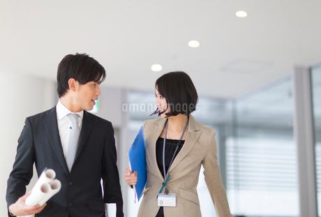 歩きながら顔を合わせるビジネス男女の写真素材 [FYI02967745]