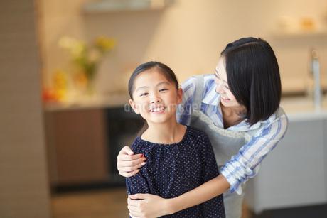 母に肩を抱かれる女の子のスナップの写真素材 [FYI02967751]