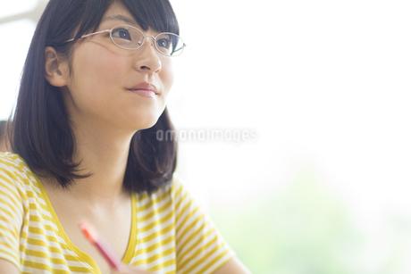 授業を受ける女子学生の写真素材 [FYI02967760]