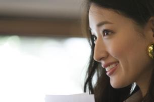 オフィスで微笑むビジネス女性のポートレートの写真素材 [FYI02967762]
