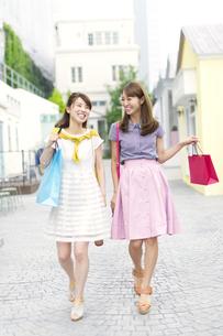 ショッピングを楽しむ2人の女性の写真素材 [FYI02967776]