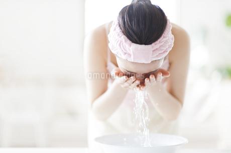 洗顔をする女性の写真素材 [FYI02967781]