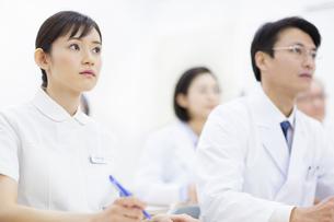 会議をする医師たちの写真素材 [FYI02967782]