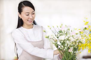 花を飾る奥さんの写真素材 [FYI02967785]