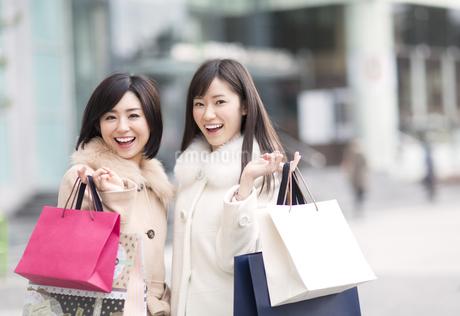 街で買物を楽しむ2人の女性の写真素材 [FYI02967786]