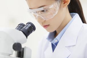 顕微鏡を覗く女性研究員の写真素材 [FYI02967789]