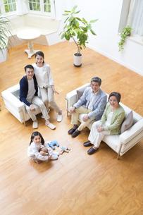集合して上を見る三世代家族の写真素材 [FYI02967792]