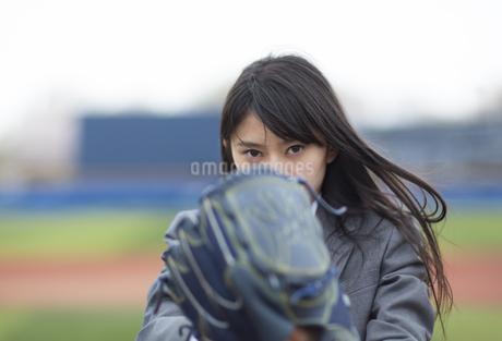 野球ボールを投げる構えをする女子学生の写真素材 [FYI02967795]