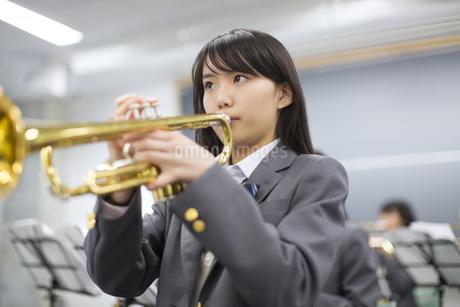 音楽室で吹奏楽の練習をする女子学生たちの写真素材 [FYI02967799]