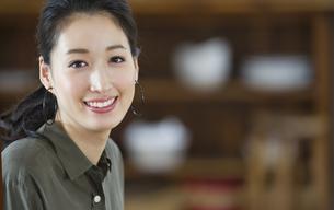 微笑む女性のポートレートの写真素材 [FYI02967800]