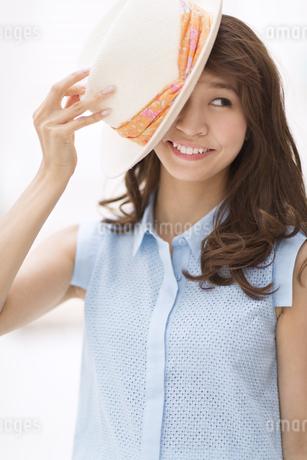 帽子被り笑う女性の写真素材 [FYI02967803]